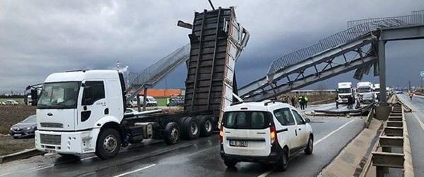 Kırklareli'de damperi açılan kamyon üst geçidi yıktı