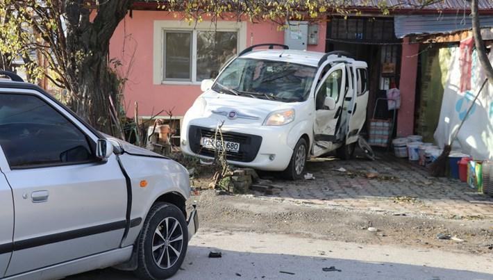 Kaza yapan aracın eve girmesini kaldırım taşı önledi