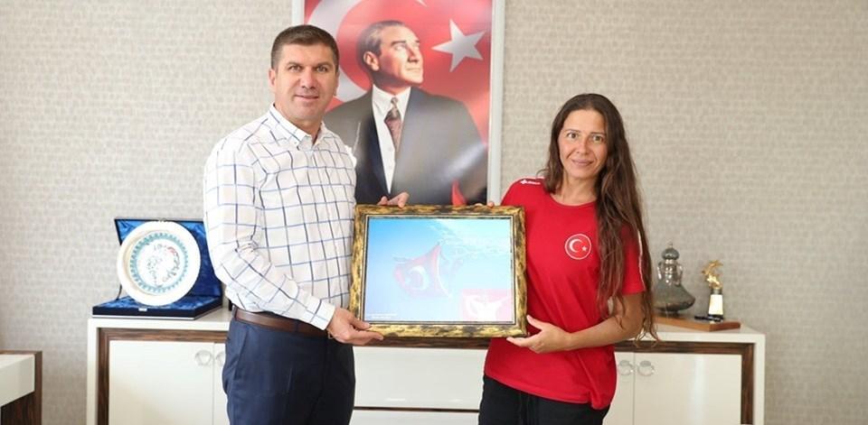 Derya Can, rekor denemesi öncesinde Burdur Belediye Başkanı Ali Orkun Ercengiz'i makamında ziyaret etti.