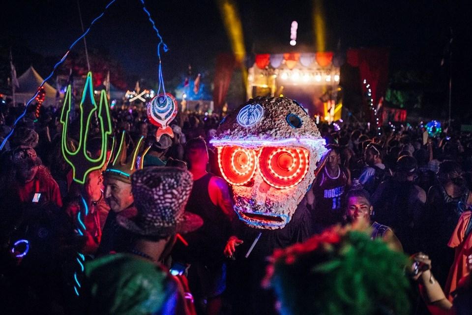 Bonnaroo Müzik Festivali'nde hip hop, caz, folk ve farklı türlerde canlı müzik oluyor.