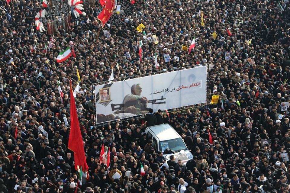 Dün Süleymani için Tahran'da gerçekleşen tören