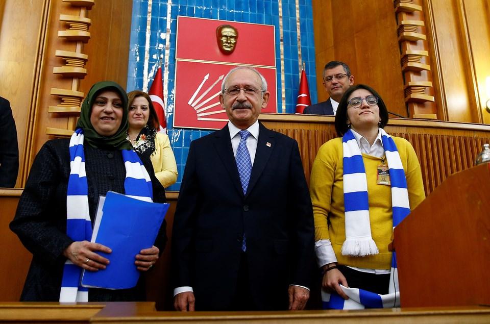 Konuşma öncesi otizmli çocukların aileleri adına Binnur Uzun (solda), Kılıçdaroğlu'na sorunlarını içeren bir dosya verdi.