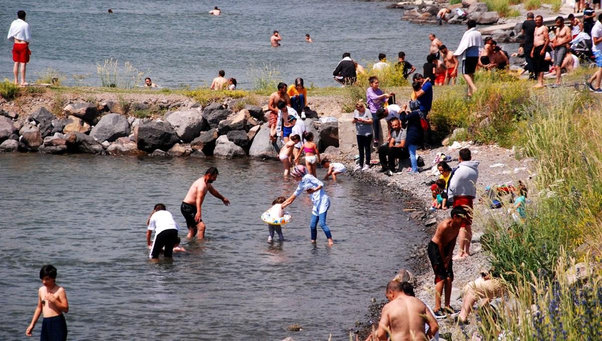 Kışın buz tutan Çıldır Gölü, yaz aylarında serinlemek isteyenlerin akınına uğruyor