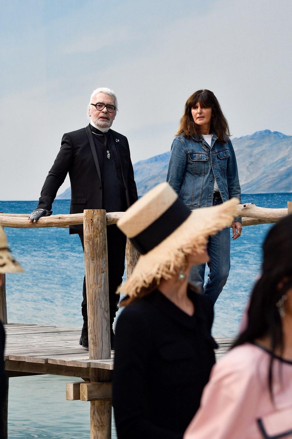 Karl Lagerfeld ileVirginie Viard'ın plaj defilesi sonrası birlikte selam verdi.