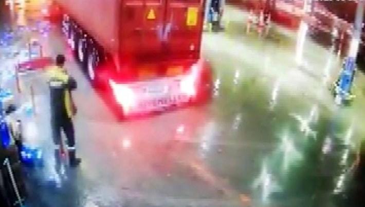 Bolu'da bir işçi, istasyona giren TIR'dan son anda kaçtı