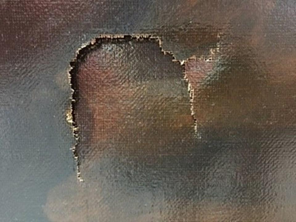 Kazadan sonra tablonun üzerinde yumruk büyüklüğünde bir delik açıldı.