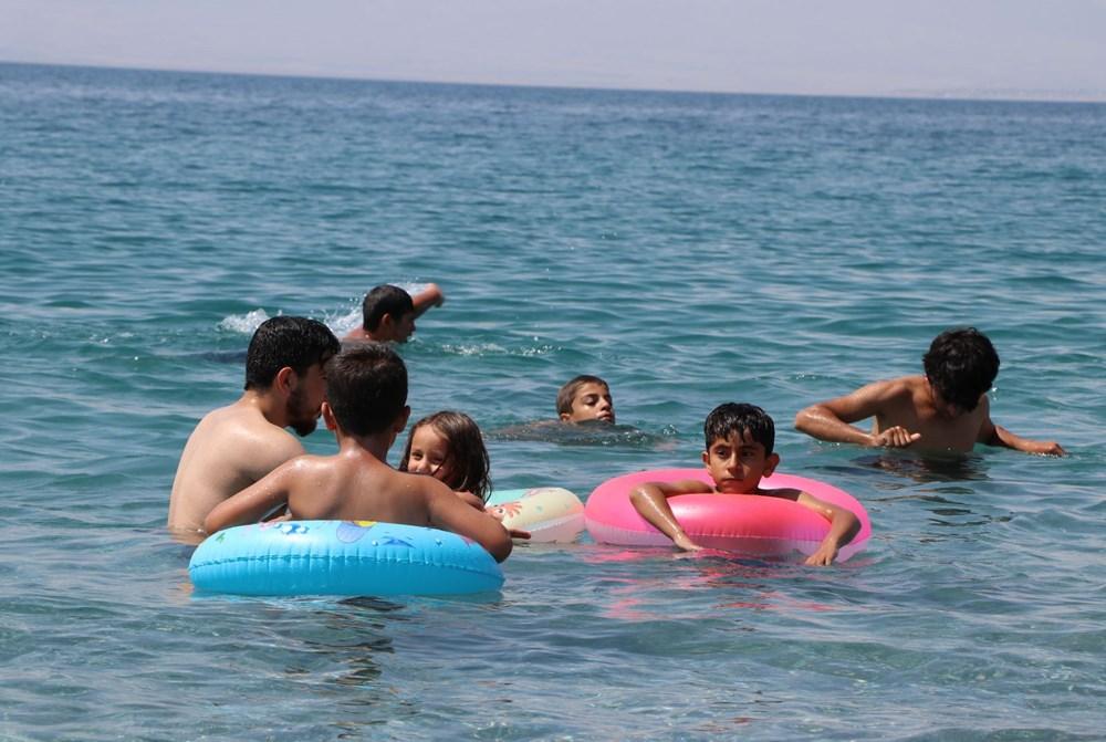 Van Gölü'nün mavi bayraklı plajına tatilci akını - 11