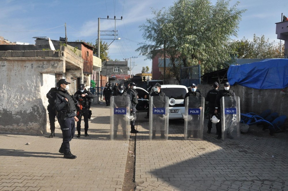 Diyarbakır'da kısıtlama gününde ortalık savaş alanına döndü: 20 yaralı - 11