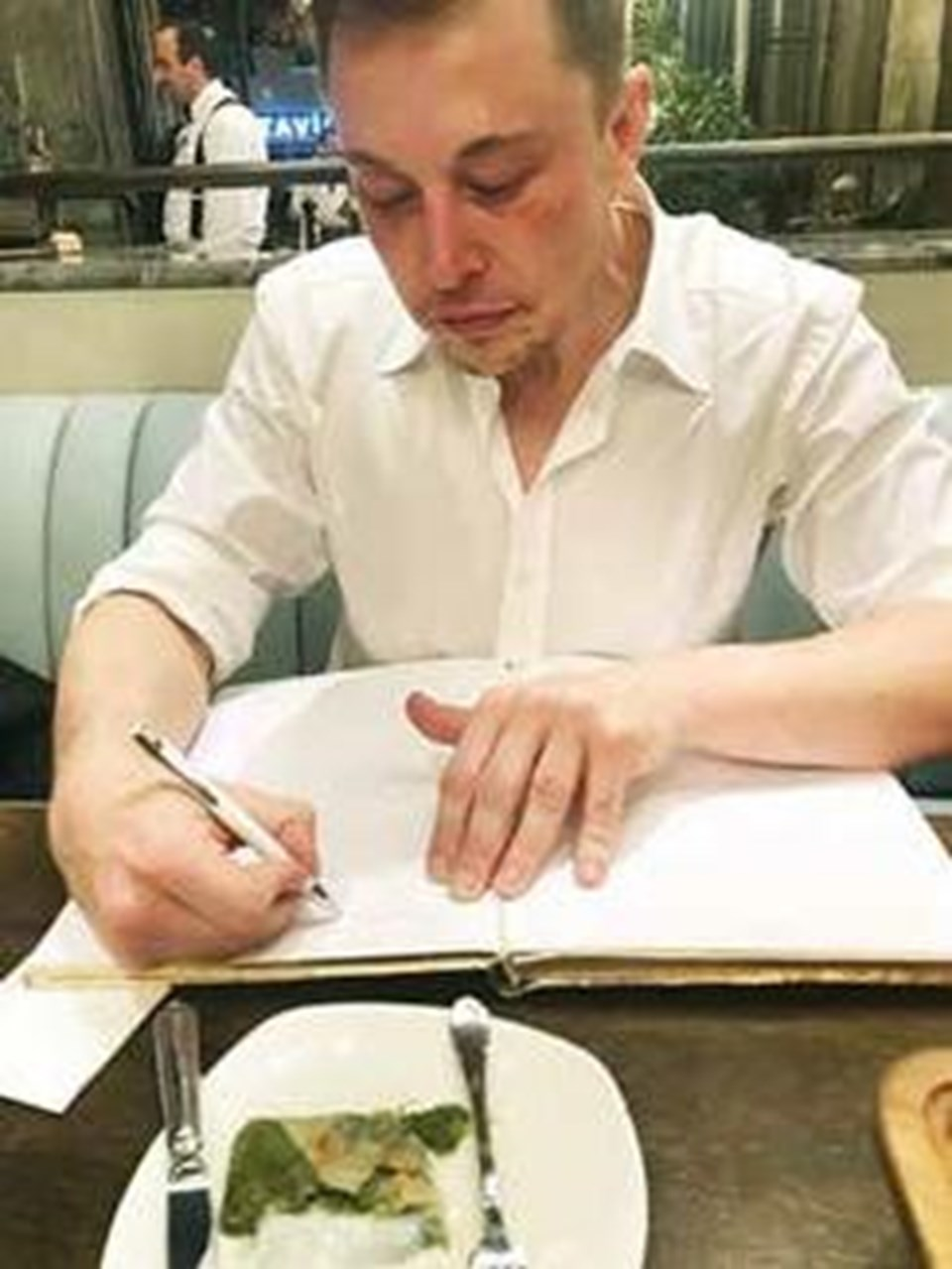 Katmer yedi, anı defteerini imzaladı.