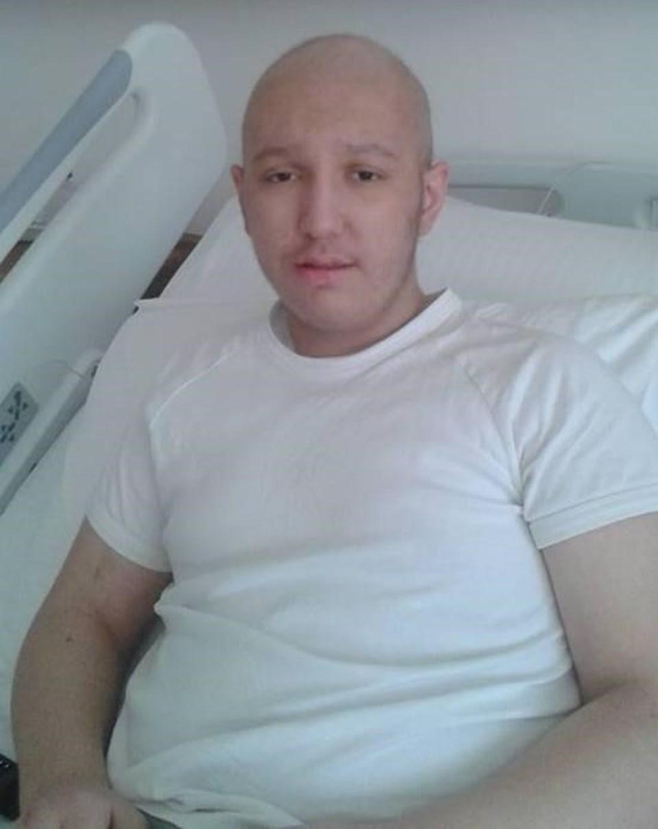 19 yaşındaki Erol Karayaz'ın tedavisi İzmir'de özel bir hastanede sürüyor.
