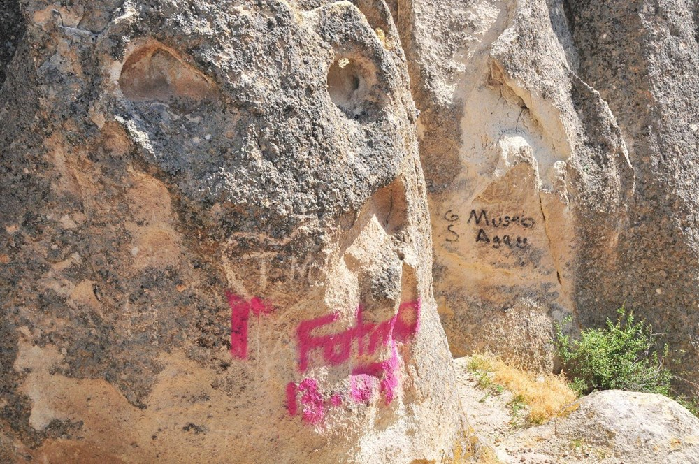 Kapadokya'da peribacalarına sprey boyalı tahrip - 13