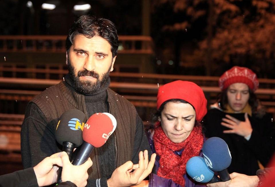 Olay sırasında Köklü'nün yanında olan arkadaşı ve avukatı Tamer Doğan (solda) ile kız arkadaşı Ferda Sayın (sol2), basın mensuplarına açıklama yaptı