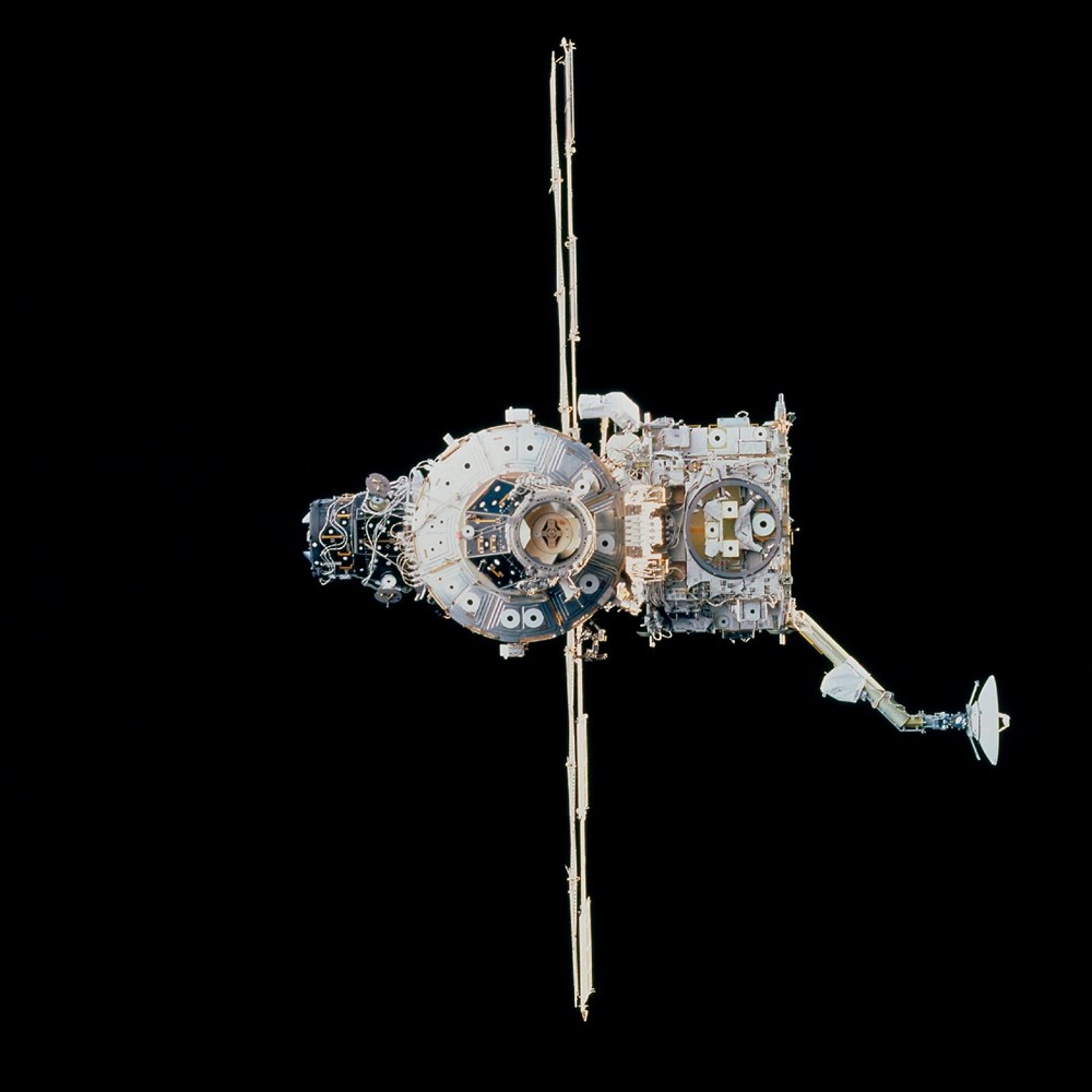 Russian cosmonauts discover new cracks on International Space Station - 2