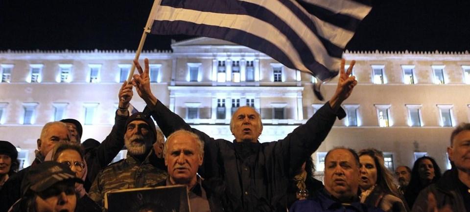 Yunanistan'da halk hükümete destek gösterilerine devam ediyor.