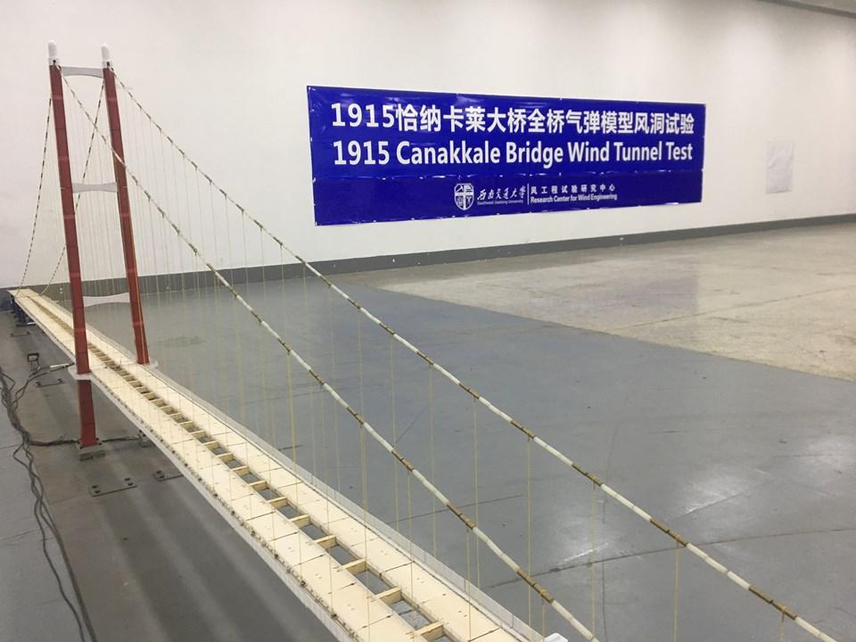 Yap-işlet-devret modeliyle ihaleye çıkarılan ve 2017 yılında Türk ve Güney Koreli firmalardan oluşan Daelim-Limak- SK-Yapı Merkezi Ortak Girişimi tarafından toplam 16 yıl 2 ay 12 gün inşaat ve işletme süresi teklifi ile kazanılan 1915 Çanakkale Köprüsü ve Otoyolu Projesi'nde inşaat çalışmaları tüm hızıyla devam ediyor. Proje 88 km. otoyol ve 13 km. bağlantı yolu olmak üzere toplam 101 km uzunluğunda. Temeli tam bir buçuk yıl önce atılan projede, bugüne kadar kule keson temellerinin inşa edileceği kuru havuzlar tamamlandı ve betonarme kesonların inşaatına başlandı.