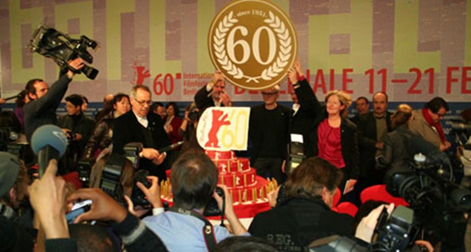 Toplantıda, Berlinale'nin 60. yılı nedeniyle bir pasta kesildi.