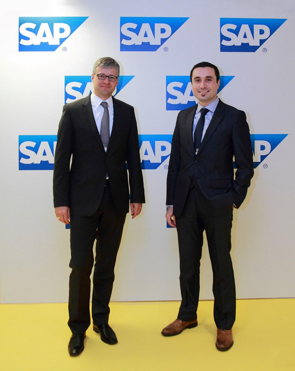 HANA Uygulamaları Dünya Başkanı Uwe Grigoleit (solda) ve SAP Türkiye Ürün Satış Müdürü Ahmet Engin Tekin (sağda).