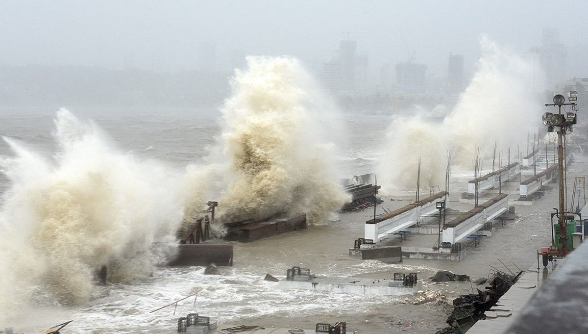 Hurricane hit India after corona: At least 20 people lost their lives