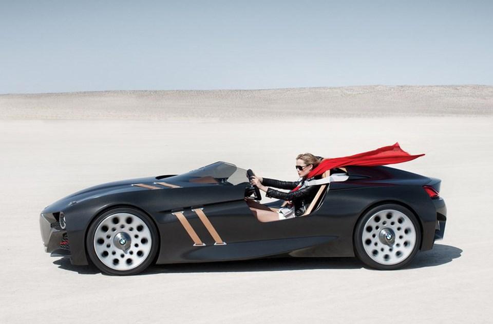 Klasik yarış otomobillerinde ön kaputu tutan deri kayışlar 328 Hommage'da tasarım öğesi olarak kullanılmış