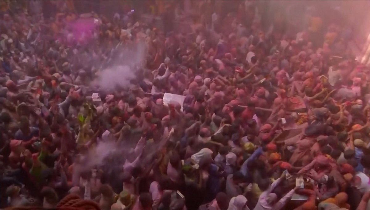 Holi Festival made the virus forget: thousands of people threw paint at each other