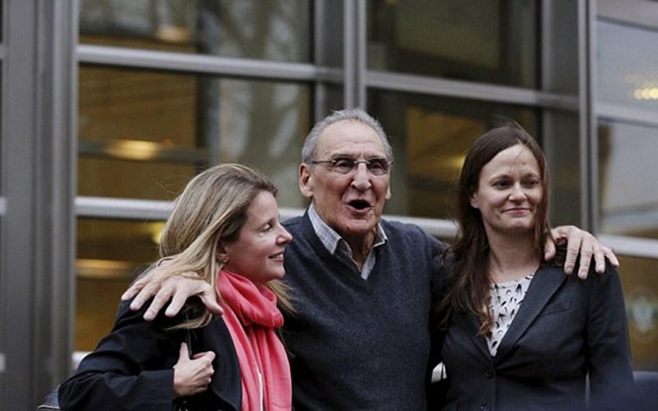 Asaro kararı büyük bir gülümsemeyle karşıladıktan sonra avukatlarına sarıldı