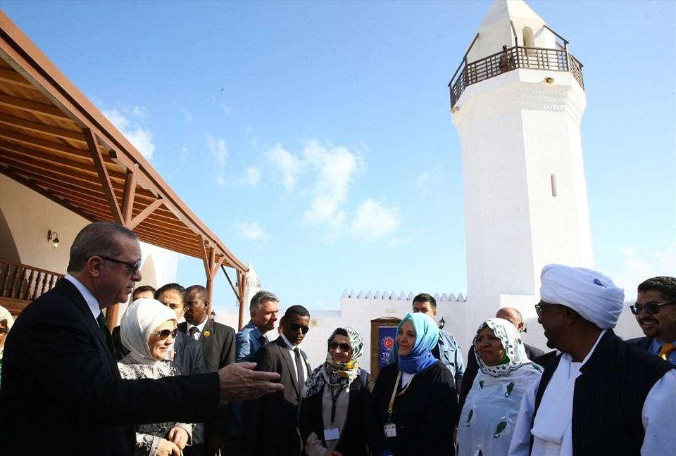 Cumhurbaşkanı Recep Tayyip Erdoğan, Sudan Cumhurbaşkanı Ömer El-Beşir ile Sudan'ın Kızıldeniz kıyısındaki Sevakin Adası'nda incelemelerde bulundu.