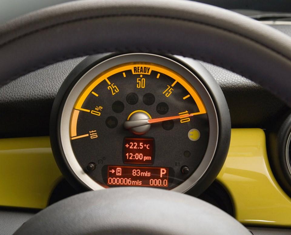 Mini E'de motor devri göstergesi yerine batarya durumunu gösteren bir kadran bulunuyor.