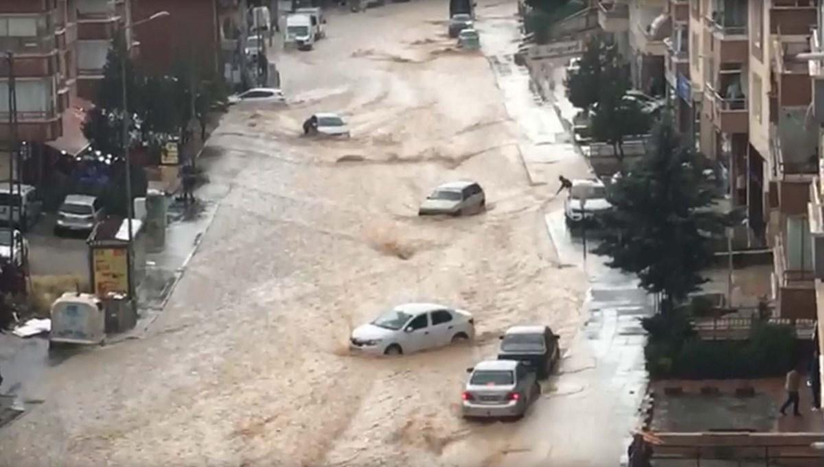 SON DAKİKA:Ankara'da sel: Caddeleri su bastı, araçlar sürüklendi