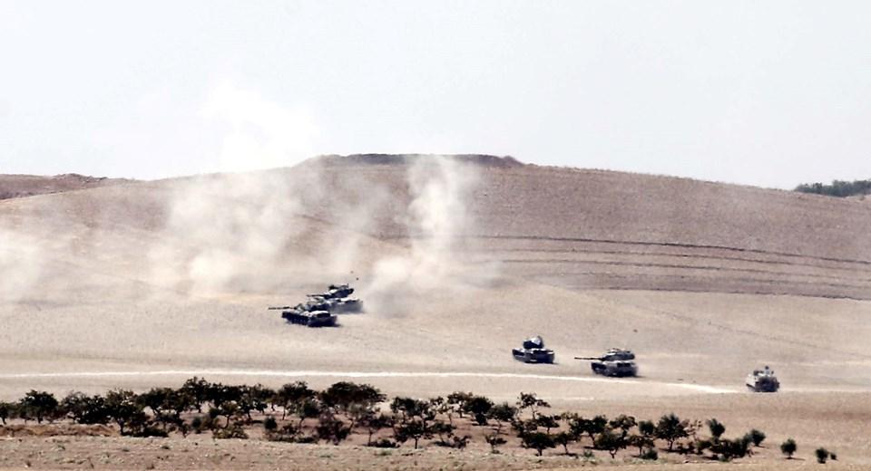 Yaklaşık 20 tank, Suriye sınırının1 km kadar içine girerek IŞİD hedeflerini vurmaya başladı.