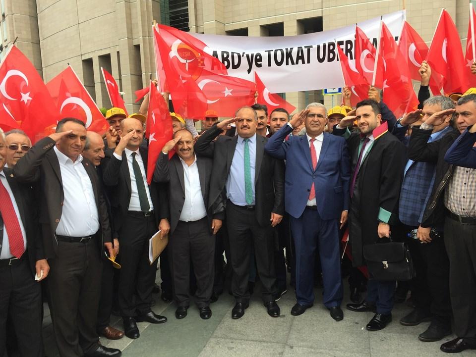 Aksu'nun açıklamalarının ardından taksiciler, Barış Pınarı Harekatı'na katılan askerlere, asker selamı verip slogan atarak destek verdi.