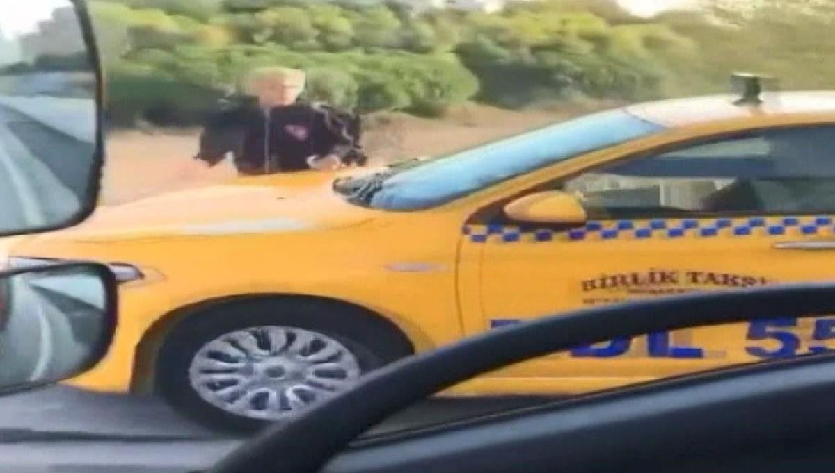 Kaldırımdan giden taksici, yayadan yol istedi