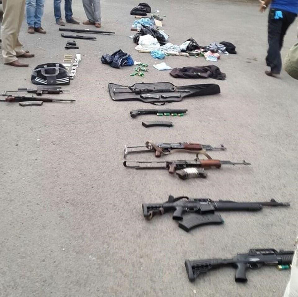 Gözaltına alınan kişilerin beraberinde 4 kaleşnikof tüfek, 1 uzi marka otomatik silah, 4 av tüfeği, 1 pompalı tüfek, 1 glock marka tabanca, çok sayıda fişek, 5 sopa ve 1 dürbün ele geçirildiği belirtildi.