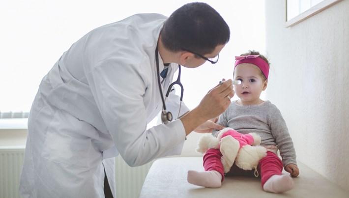 Bebek kataraktı gözde grilik ve beyazlıkla belirti veriyor