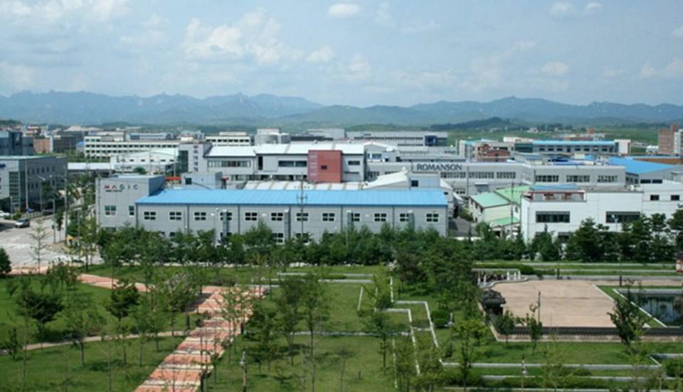 Askerden arındırılmış sanayi bölgesi Kaesong'da 123 Güney Kore şirketi faaliyet gösteriyor. Burada 50 binden fazla Kuzey Koreli işçi çalışıyor.