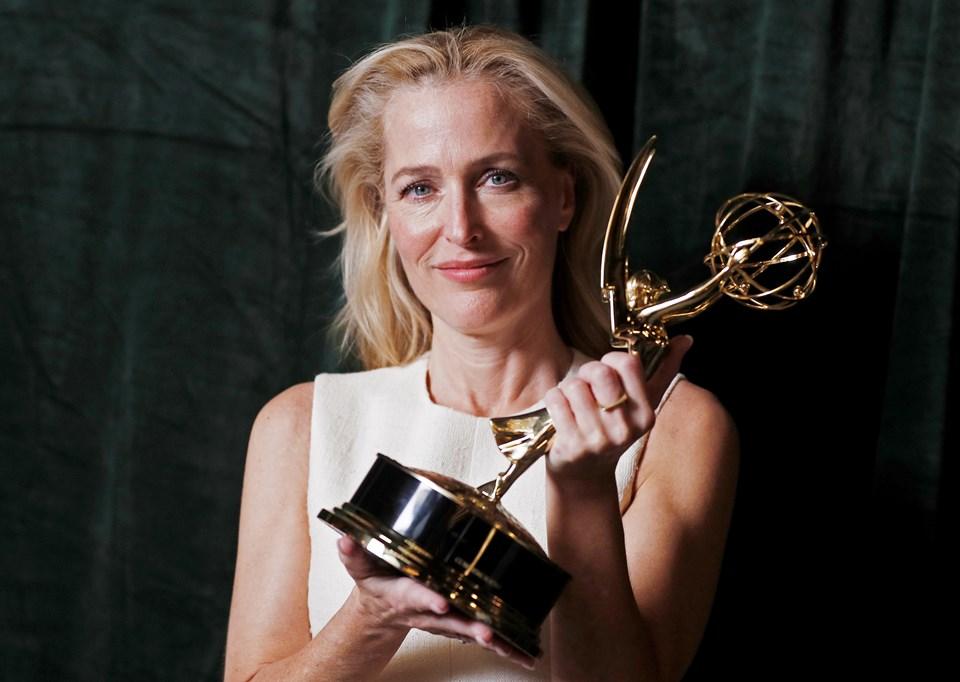 Emmy Ödülleri'nde Drama Dalında En İyi Yardımcı Kadın Oyuncu ödülünü The Crown dizisindeki rolüyle Gillian Anderson kazandı.