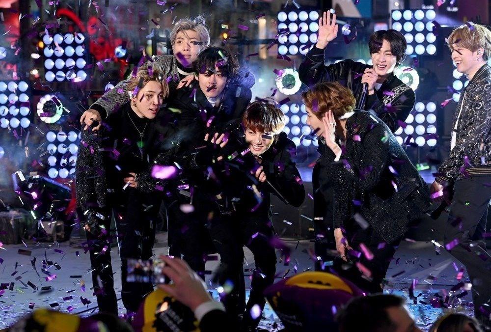 BTS grubunun Dynamite klibi kostümleri açık artırmaya çıkarılıyor - 6
