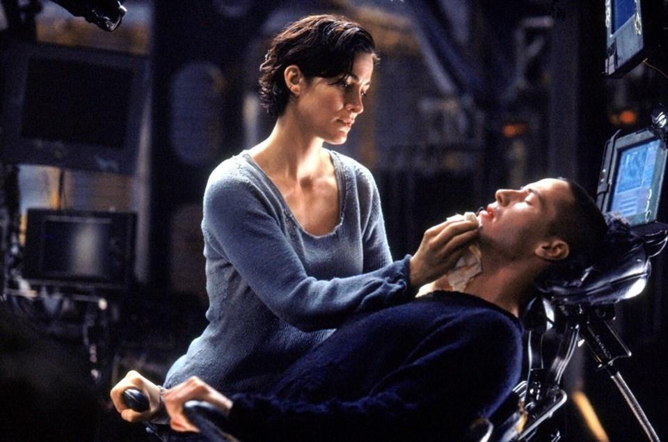Wachowski kardeşlerin 2000 yılında sinemalarda gişe rekorları kıran bilimkurgu filmi Matrix'te bir yazılım şirketinde çalışan Thomas Anderson (Keanu Reeves), aşadığı dünyanın aslında beyninde gerçekleşen bir simulasyon olduğu gerçeğini öğrenmiş, gerçek dünyaya adım atmıştı.