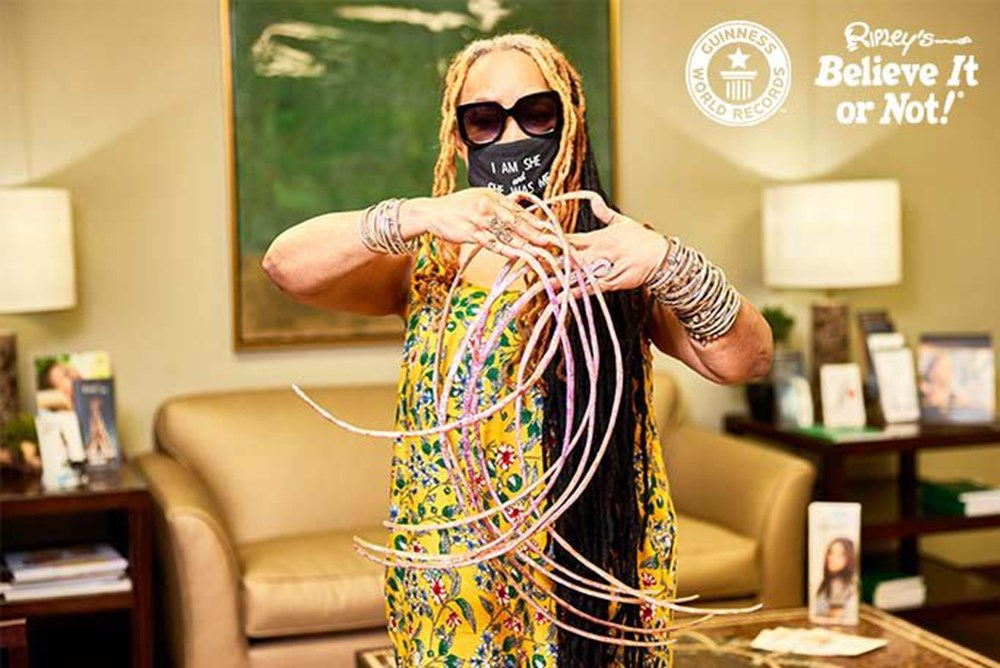 7 meters 33 centimeters: The person with the longest nails in the world cut their nails after 30 years - 6