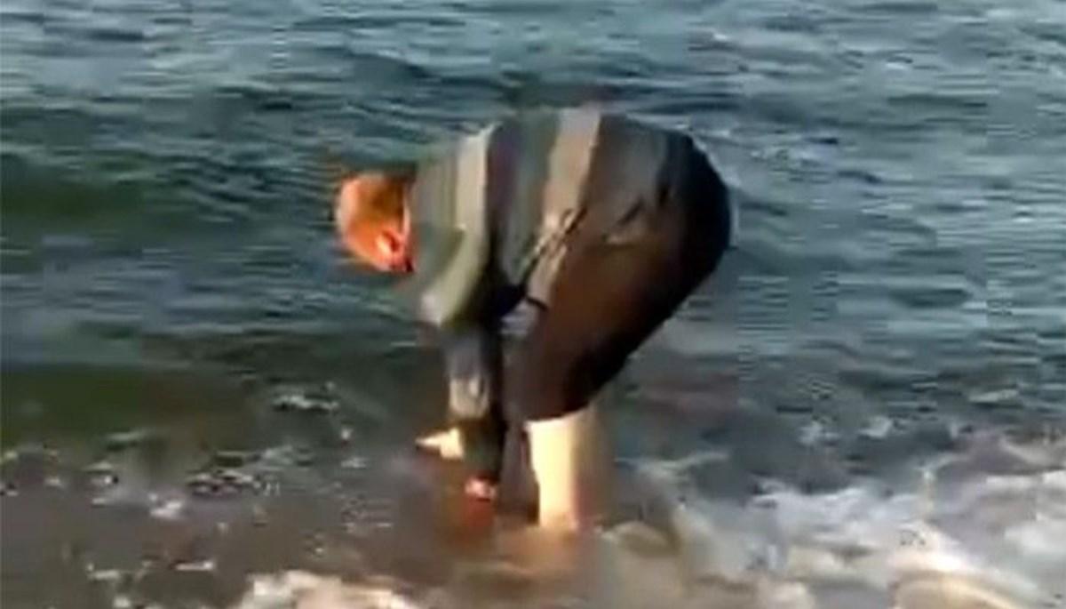 Gölde bulduğu yavru yunusu denizle buluşturdu