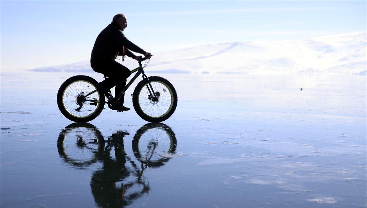 Buz tutan Çıldır Gölü üzerinde bisiklet turu heyecanı