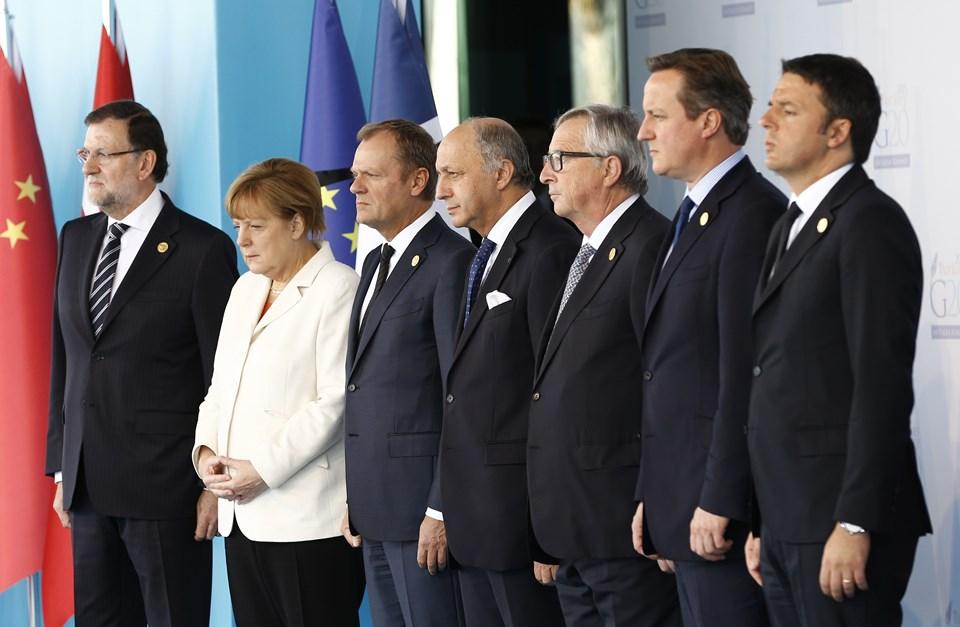 İspanya Başbakanı Mariano Rajoy Brey (solda), Almanya Başbakanı Angela Merkel (sol 2), AB Konseyi Başkanı Donald Tusk (sol 3), Fransa Dışişleri Bakanı Laurent Fabius (ortada), AB Komisyonu Başkanı Jean-Claude Juncker (sağ 3), İngiltere Başbakanı David Cameron (sağ 2), İtalya Başbakanı Matteo Renzi (sağda)