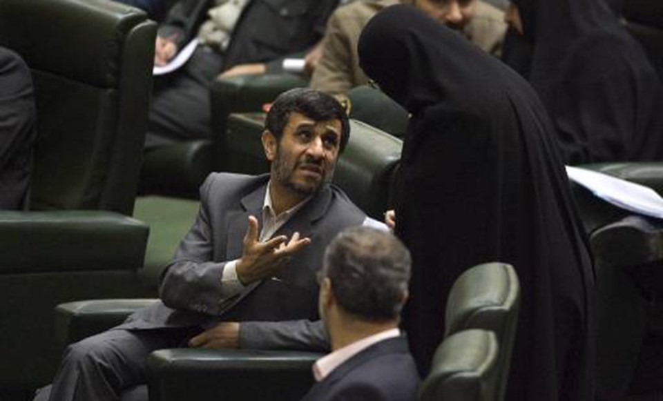Ahmedinejad oylama öncesi, Eğitim Bakanlığ'na aday gösterdiği Suzan Keşavrz ile konuşuyor.