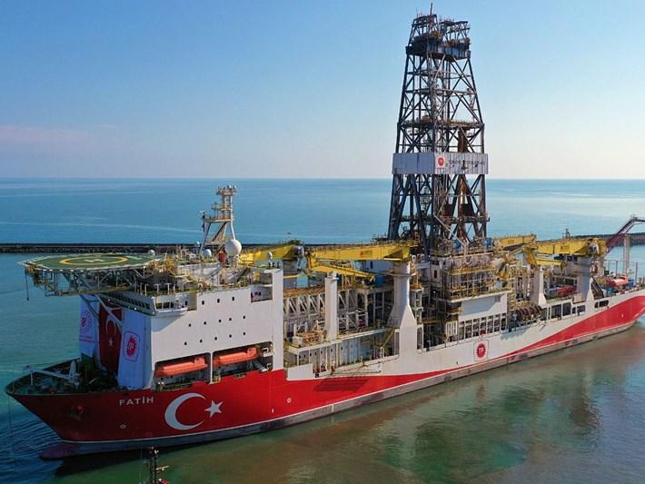 """Türkiye'nin ilk yerli sondaj gemisi """"Fatih"""" Trabzon Limanı'ndan ayrıldı"""