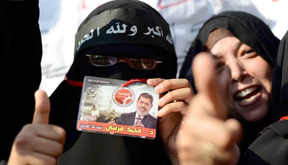Cumhurbaşkanı Muhammed Mursi taraftarları da destek için meydanlarda.