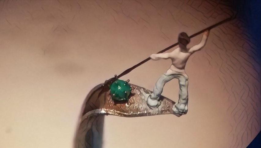 Şırınga iğnesinin ucuna seramikten 2 milimetrelik doktor heykeli