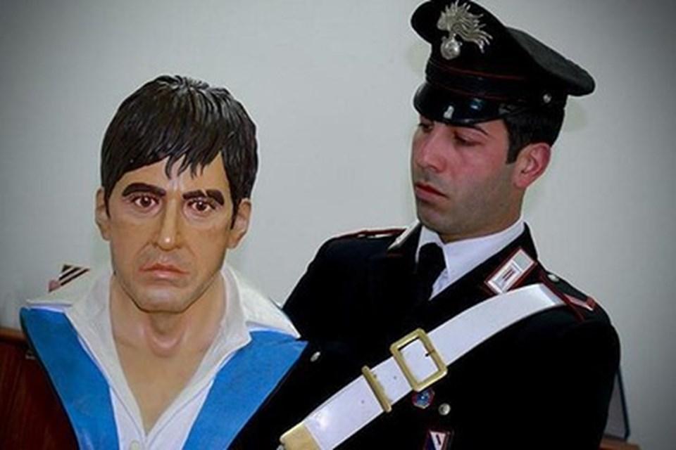 Al Pacino filmde mafya babası Tony Montana'yı oynamıştı.