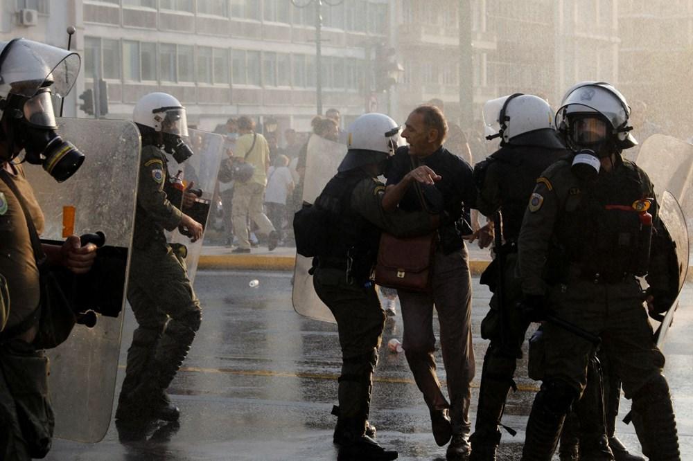 Atina'da aşı zorunluluğuna karşı düzenlenen protesto çatışmaya dönüştü: En az 25 gözaltı - 14
