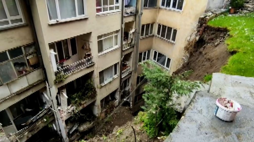 Bursa'da istinat duvarı çöktü: 3 apartman tahliye edildi - 3