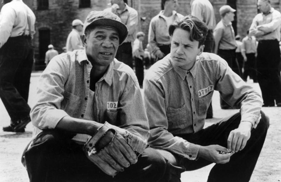 """Stephen King'in """"Rita Hayworth ve Shawshank'in Kefareti """" adlı romanından sinemaya uyarlan ve 'tüm zamanların en iyi filmi' olarak gösterilen film vizyona girdiği yıl en iyi film adaylığı dahil 7 dalda Oscar'a aday gösterilmiş,ancaken iyi film ödülünü baş rolünde Tom Hanks'in oynadığı Forrest Gump'a kaptırmıştı."""