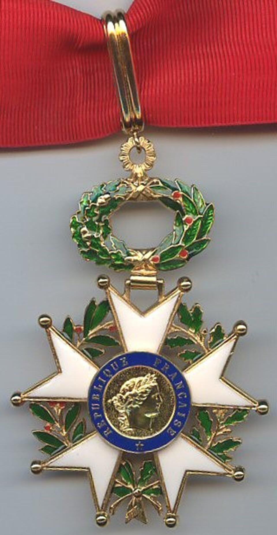 Napolyon Bonapart tarafından verilmeye başlananFransa'nın en yüksek dereceli sivil nişanı ''Legion d'Honneur'' (Onur Nişanı).